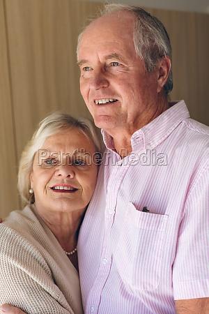 senior paar posiert waehrend im altenheim
