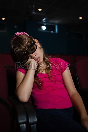 maedchen traegt 3d brille beim schlafen