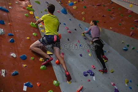 athleten klettern im fitnessstudio