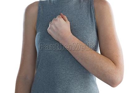 mittelteil der geschaeftsfrau mit hand auf