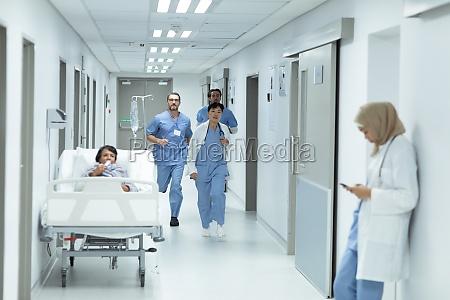 medizinisches team laeuft im flur im