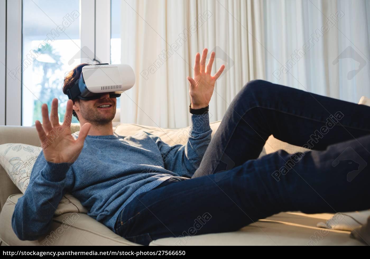 mann, mit, virtual-reality-headset, im, wohnzimmer - 27566650