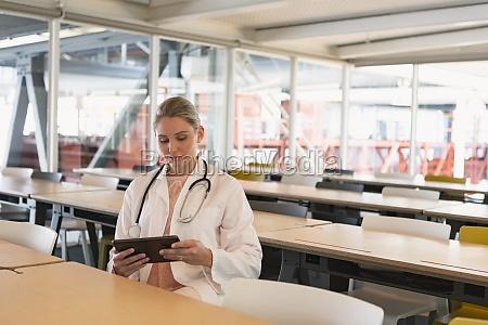 AErztin mit digitalem tablet im medizinischen