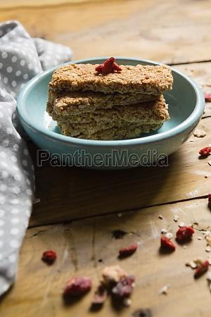 granola bar in schuessel