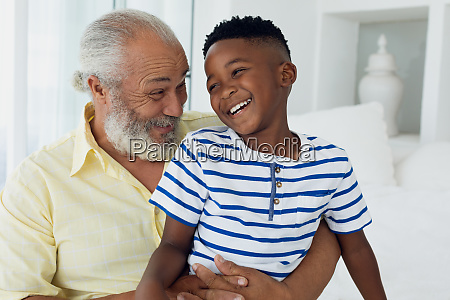 grossvater und enkel laechelnd