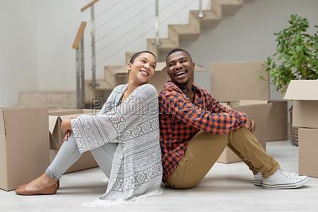 paar sitzt zurueck ins wohnzimmer zu
