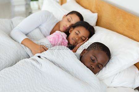 mutter und kinder schlafen zusammen im