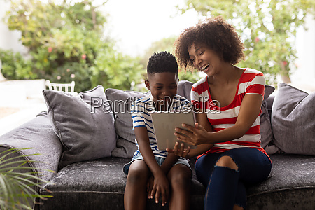 mutter und sohn mit digitalem tablet