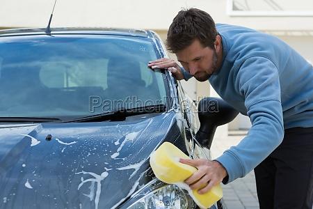 auto service mitarbeiter waschen ein auto