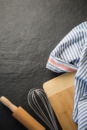 direkt ueber kuechenutensilien mit serviette