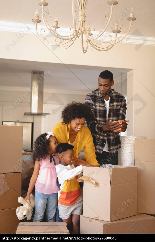 glückliche, afroamerikanische, eltern, mit, ihren, kindern - 27590043