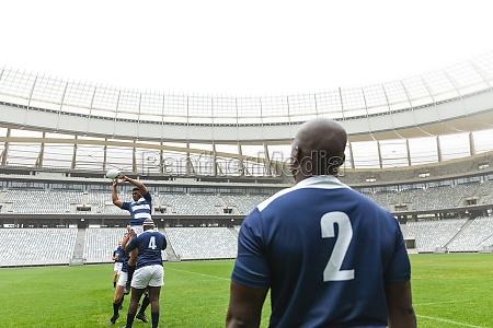 gruppe von verschiedenen maennlichen rugby spieler