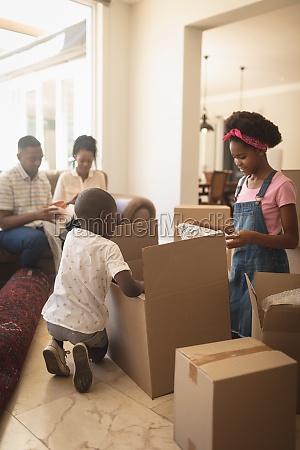afroamerikanische kinder packen ihre habseligkeiten aus