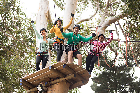 freunde geniessen zipline abenteuer im park