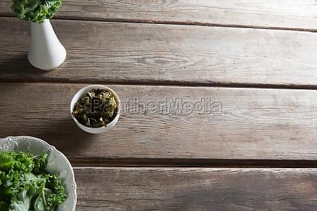 kale in containern auf holztisch