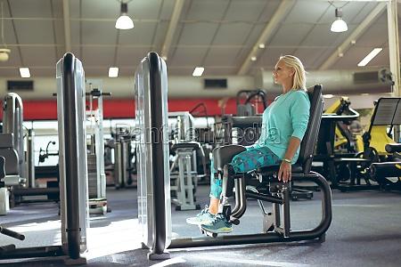 behinderte aktive seniorin beim training mit