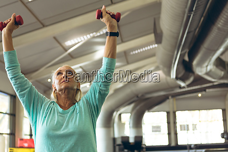 aktive seniorin beim training mit hantel