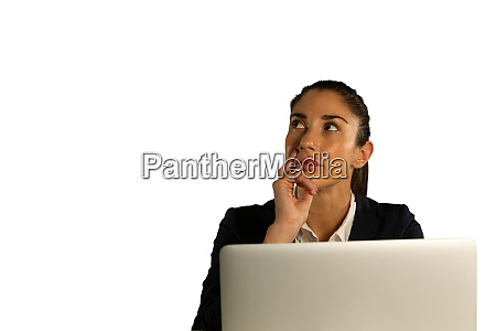 junge besorgte geschaeftsfrau mit einem laptop