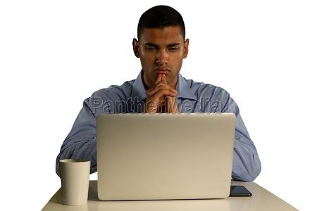 junge verwirrt geschaeftsmann mit laptop