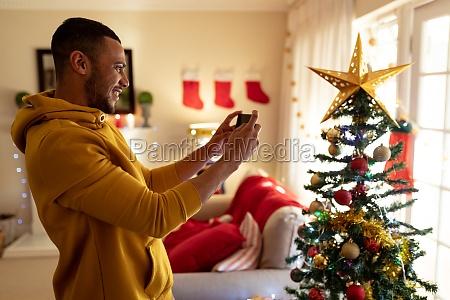 mann zu hause zur weihnachtszeit