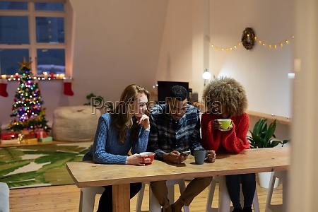 millennial erwachsene freunde feiern weihnachten zusammen