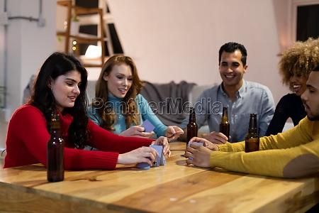 millennial erwachsene freunde gesellige partnerschaft zu