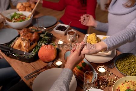 millennial erwachsene freunde feiern thanksgiving zusammen