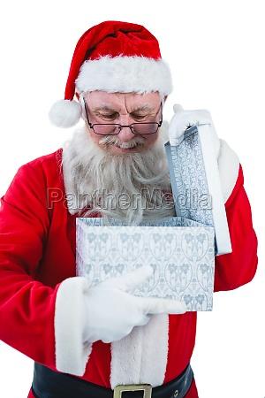 weihnachtsmann oeffnet eine geschenkbox