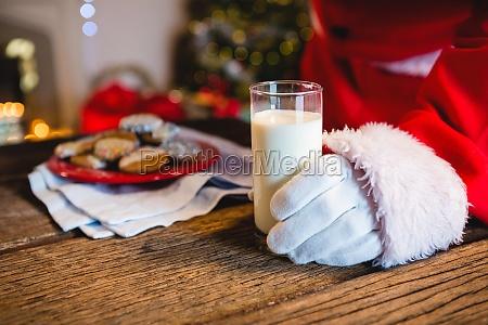 mitte des weihnachtsmannes mit einem glas