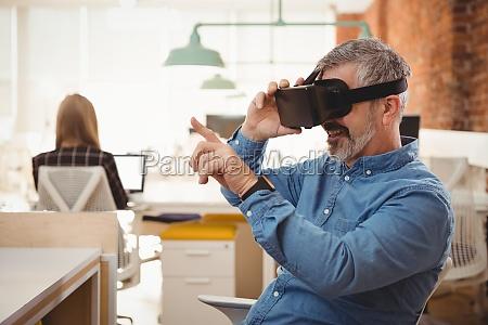 maennliche fuehrungskraft mit virtual reality headset