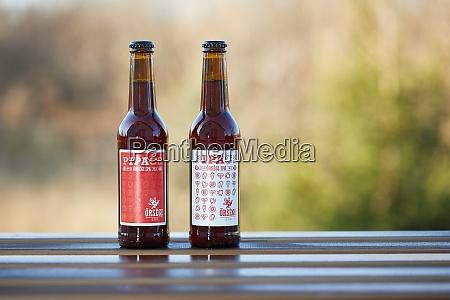 bierflaschen auf einem tisch
