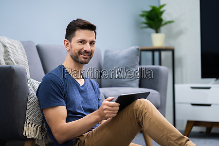 mann mit digitaler tablet