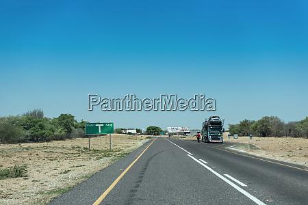 autotransporter auf der trans kalahari autobahn
