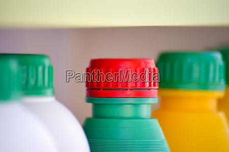 buntekunststoff chemikalienflaschen und kappen