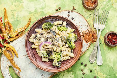 brokkoli nudeln auf dem teller