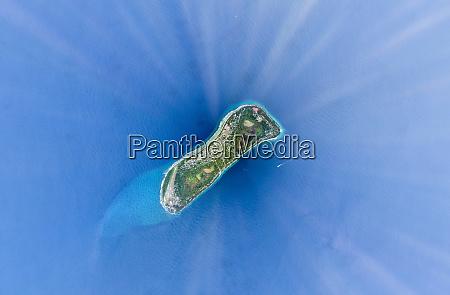 luftaufnahme der isolierten naturinsel suedmalediven