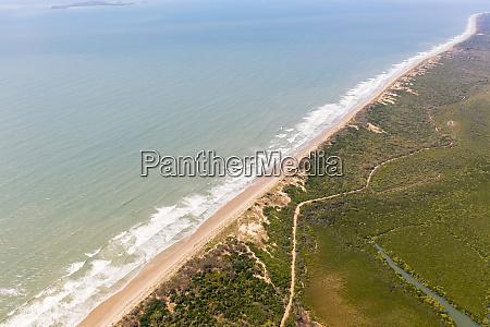 luftaufnahme des versteckten strandes im naturschutzgebiet