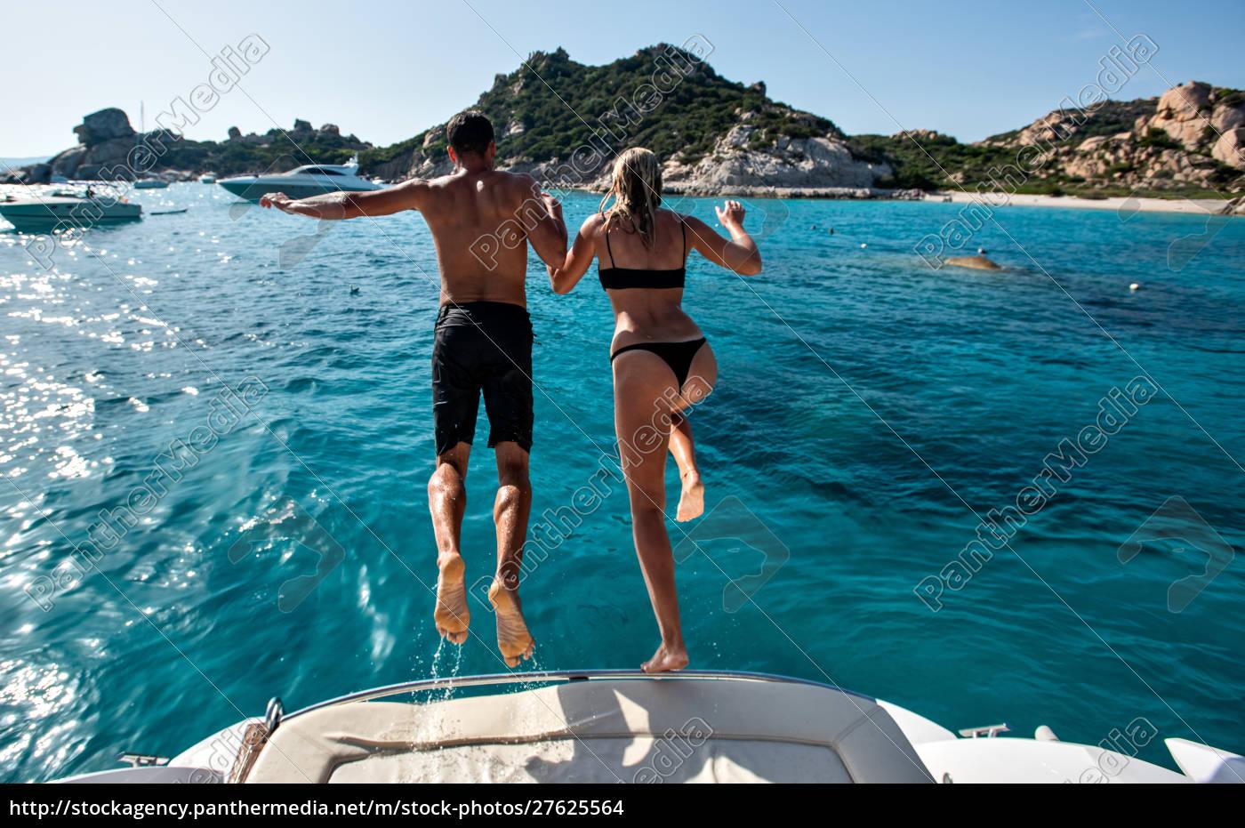 junges, paar, springt, ins, meer, von - 27625564