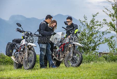 biker, überprüfen, karte, neben, off-road-motorrädern, berge, im - 27626820