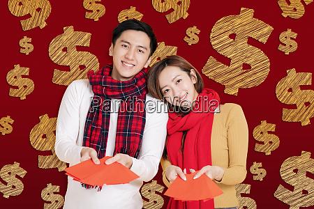 asiatische junge paar feiert fuer chinesisches