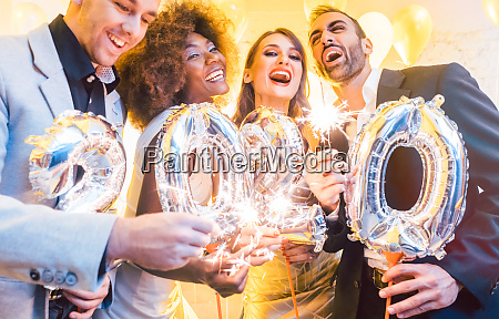 maenner und frauen feiern das neue