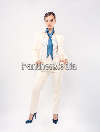 modische, geschäftsfrau, trägt, weißen, anzug, und - 27635051
