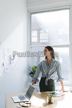 geschäftsfrau, steht, hinter, büroschreibtisch - 27636546