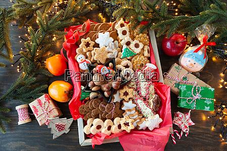 auswahl an bunten weihnachtsplaetzchen