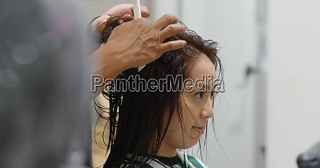 frau mit haarschnitt im schoenheitssalon