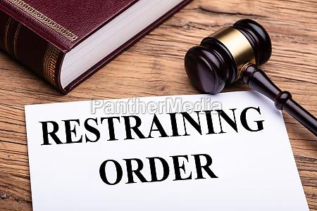 ungeordnetes verhalten text auf rechtsdokument in