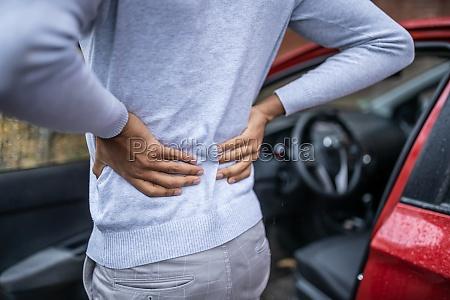 driver standing mit rueckenschmerzen