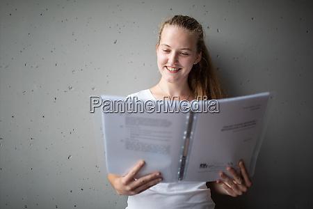 weiblich universitaet highschool student buecher bibliothek