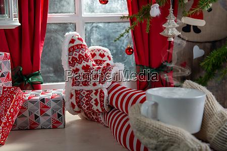 bein weihnachten fuss tee hausschuhe frau