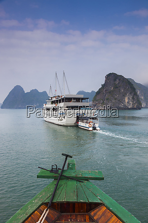 vietnam halong bay tourist boats dusk